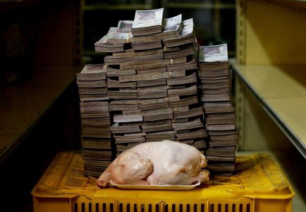 Um frango de 2,4 kg custava 14.600.000 bolívares (o equivalente a US$ 2,22) em Caracas (Foto: REUTERS/Via BBC News Brasil)