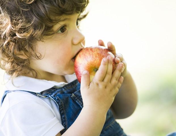 alimentacao; maca; crianca; comida (Foto: Thinkstock)