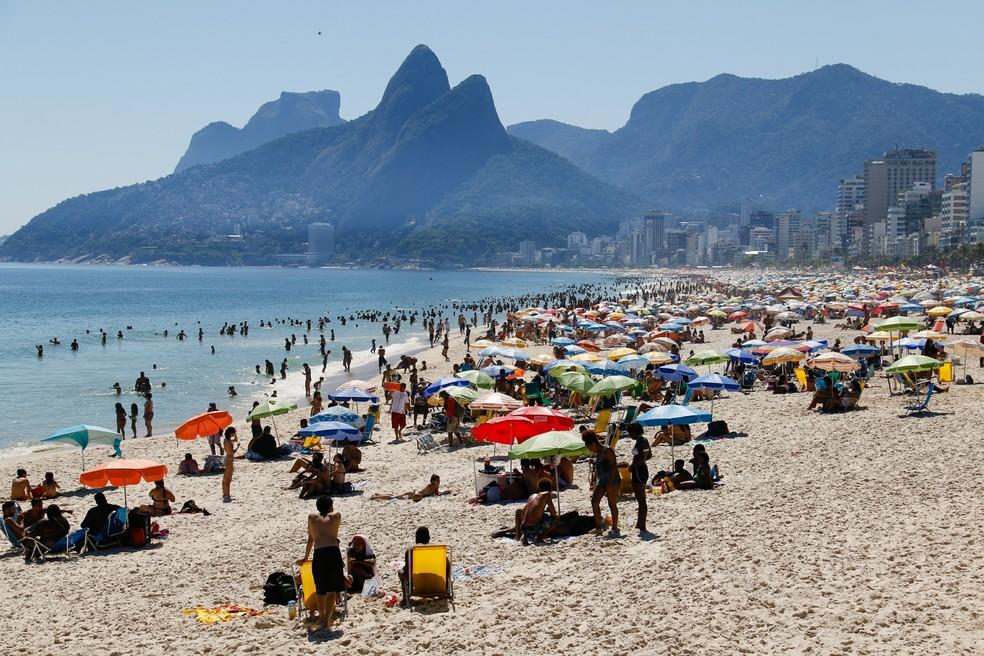 Banhistas aproveitam tarde de sol forte e calor na praia de Ipanema, na zona sul do Rio de Janeiro, na quinta-feira (12) — Foto: ANDRE MELO/ELEVEN/ESTADÃO CONTEÚDO