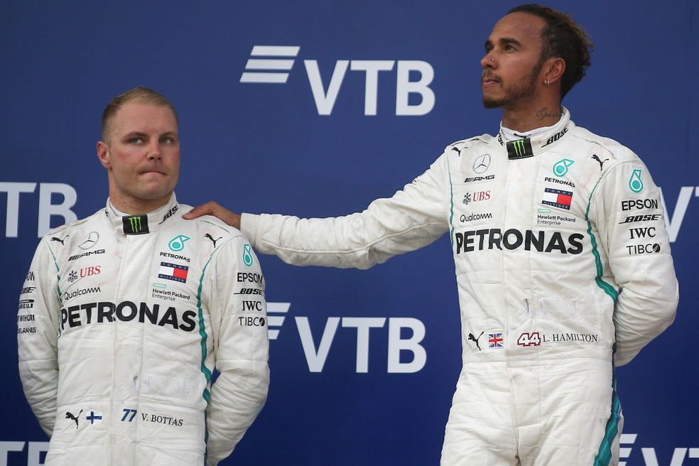 Valtteri Bottas e Lewis Hamilton no pódio do GP da Rússia de 2018 — Foto: Yegor Aleyev\TASS via Getty Images