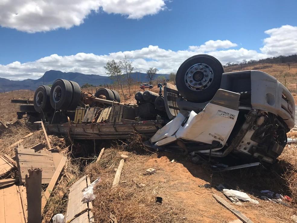Cabine do caminhão ficou destruída durante o acidente — Foto: Polícia Militar/ Divulgação
