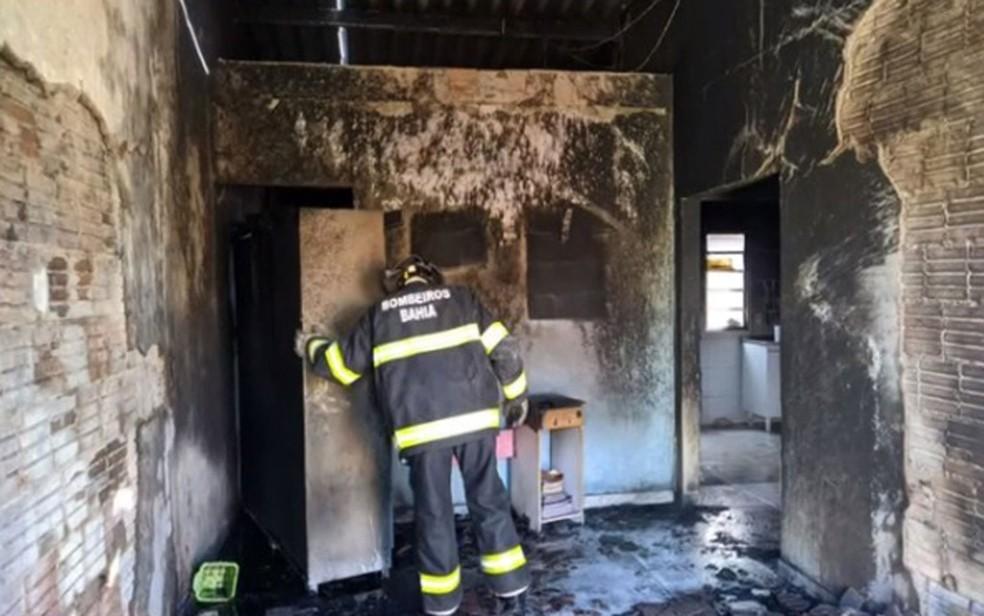 Bombeiro em casa que foi incendiada por homem que não aceitava fim de relacionamento no oeste da Bahia — Foto: Reprodução/TV Bahia