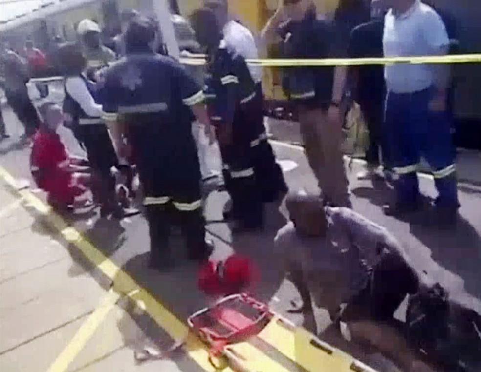 Cena de vídeo mostra feridos sendo atendidos após acidente de trem na África do Sul no dia 9 de janeiro de 2018 (Foto: Reprodução/NBC)