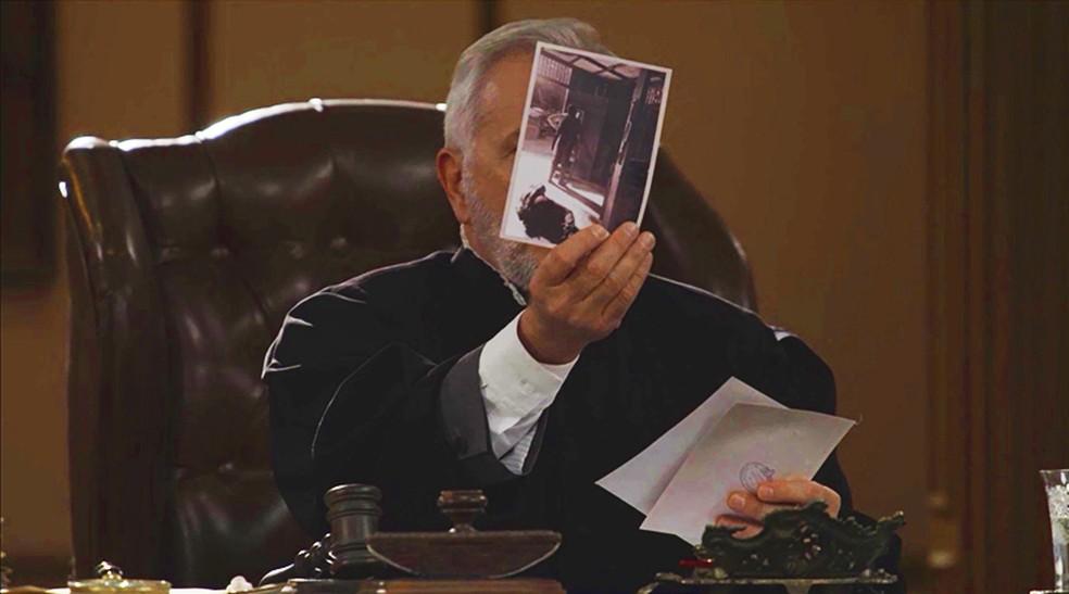 O juiz vê as provas e diz que vai dar sua decisão final... (Foto: TV Globo)