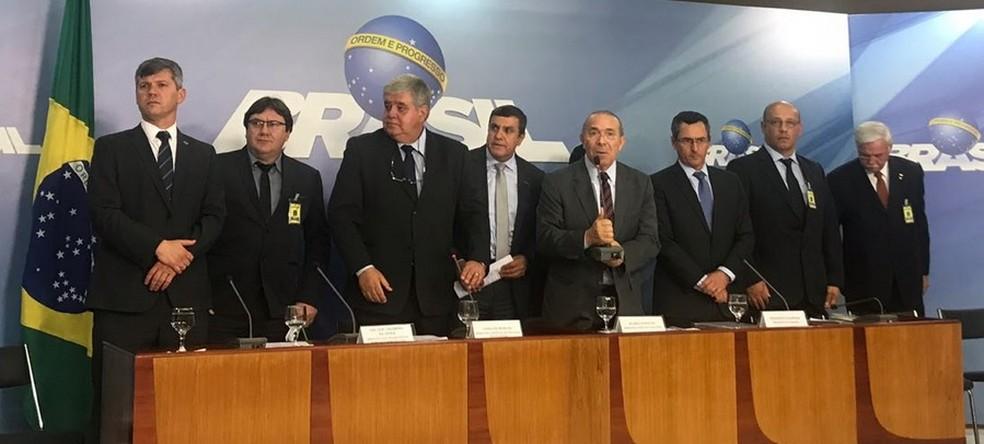 Ministros e representantes dos caminhoneiros durante entrevista no Palácio do Planalto nesta quinta-feira (24) (Foto: Guilherme Mazui/G1)