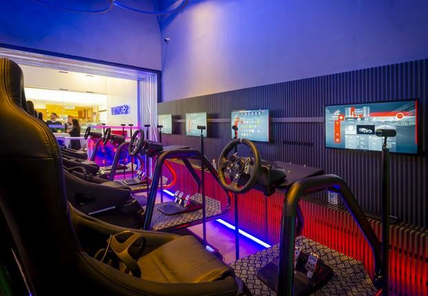 Já com jogos de corrida, as lojas em breve terão simuladores imersivos, em que movimentos e vibrações tornam a atração mais real (Foto: Divulgação/Arvore)