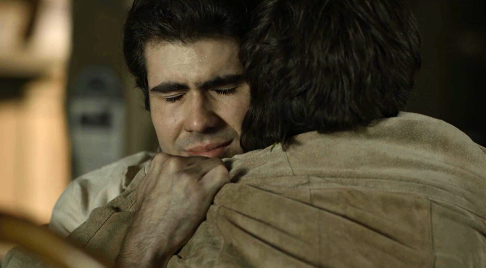 Os amigos trocam um longo abraço durante as confidências (Foto: TV Globo)