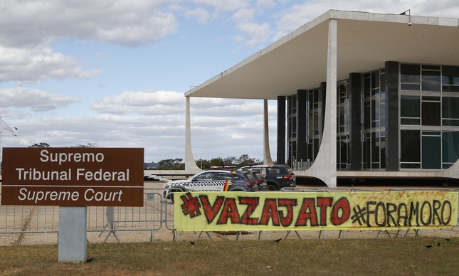 Manifestantes fazem protesto em frente ao STF durante julgamento de HC de Lula