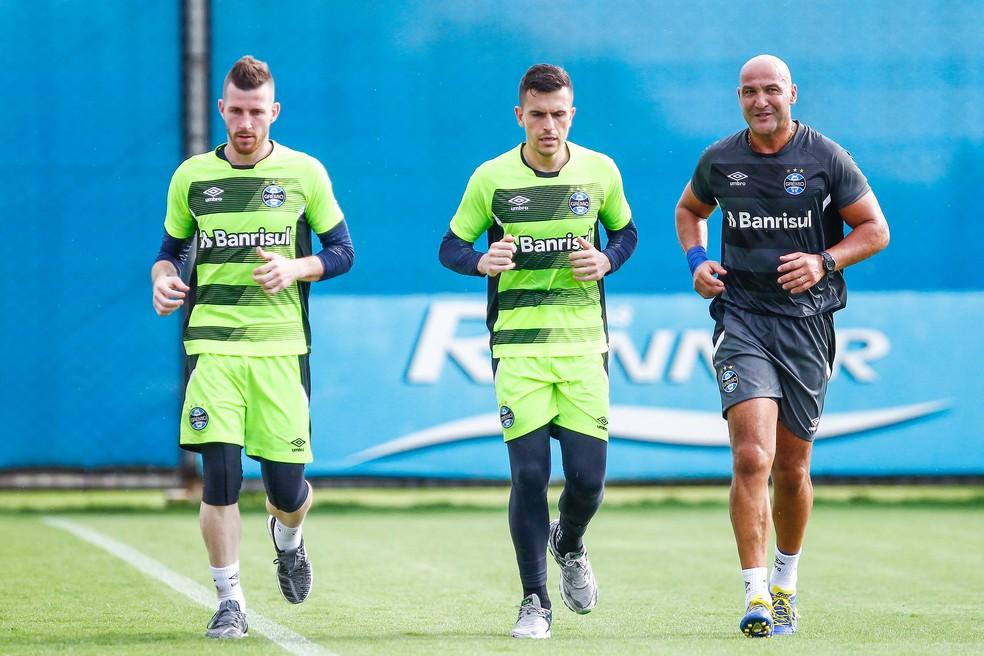 Paulo Victor, Marcelo Grohe e o preparador de goleiros Rogério Godoy — Foto: Lucas Uebel/Grêmio