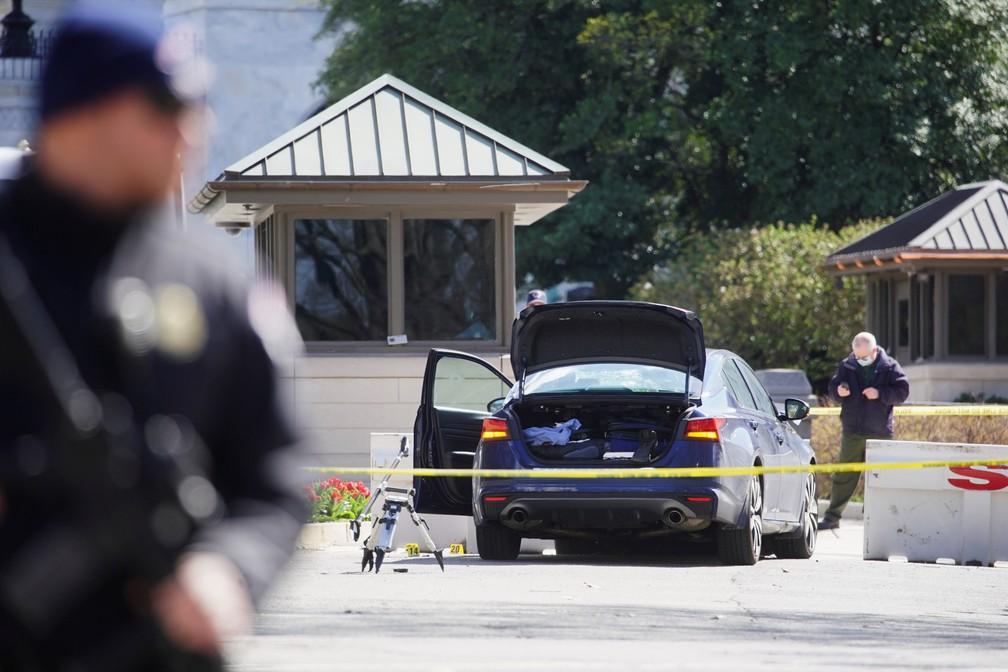 Cena do crime isolada em frente ao Capitólio, nos EUA, onde homem atropelou dois policiais antes de ser baleado nesta sexta-feira (2) — Foto: Al Drag/Reuters