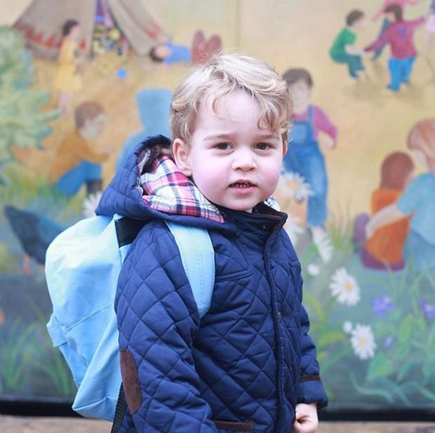Família Real britânica divulga fotos oficiais do primeiro dia de aula do Príncipe George (Foto: Reprodução Instagram)
