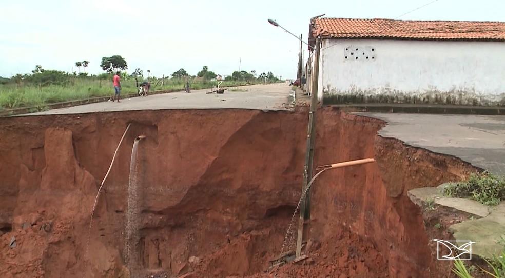 Cratera ameaça engolir casas no Residencial Ribeira em São Luís. — Foto: Reprodução/TV Mirante