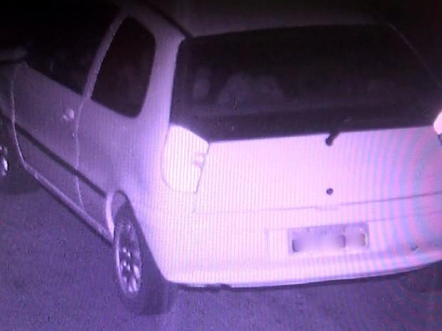 Para polícia, volume (à esqueda) no banco traseiro de carro é corpo de Arlei Rosa Silva Limeira (Foto: Divulgação/Polícia Civil)