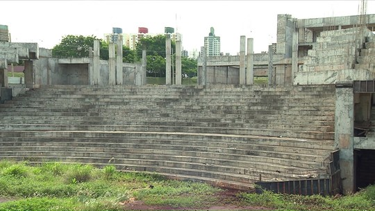 Sem previsão de retomada de obras, teatro municipal está abandonado