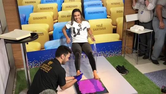 Marta eterniza pés na calçada da fama do Maracanã