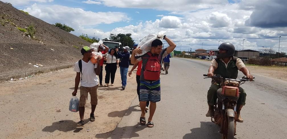 Venezuelanos cruzam fronteira levando mantimentos para casa — Foto: Alan Chaves/G1 RR