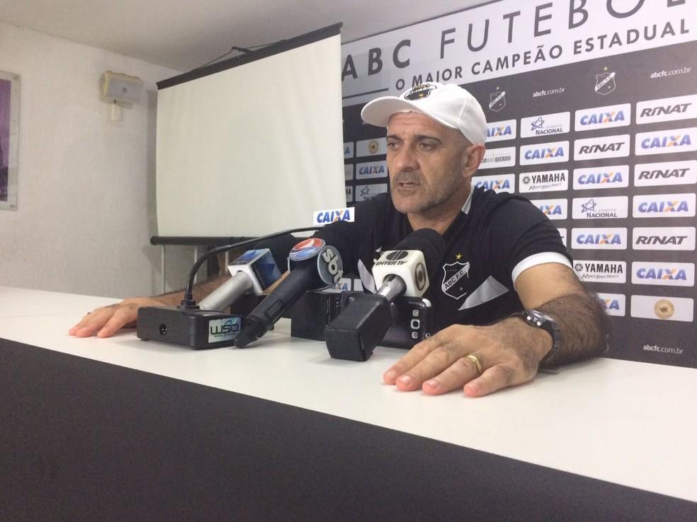 Treinador não deu pistas da equipe que colocará em campo (Foto: Diego Simonetti/Blog do Major)