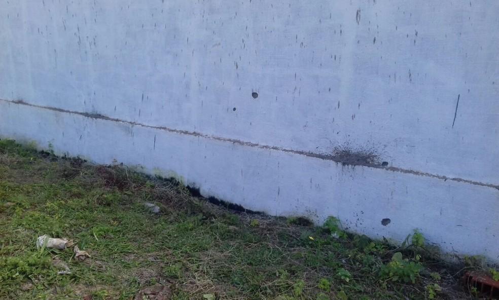 Muro de casa em Redinha Nova ficou com marcas de tiros disparados em chacina  (Foto: Ediana Miralha/ InterTV Cabugi)