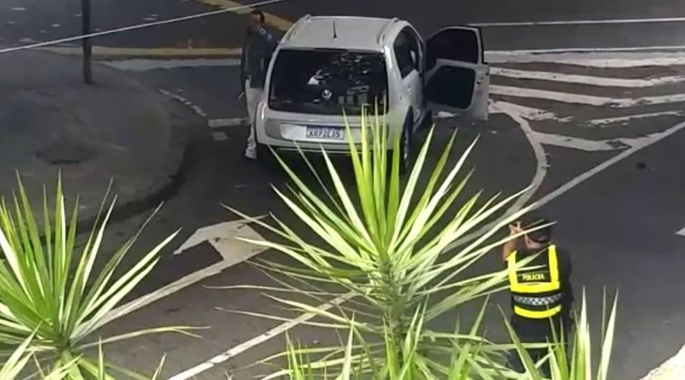 PM aponta arma e tenta fazer morador de rua se render após esfaquear três pessoas na Lagoa, no Rio — Foto: Reprodução