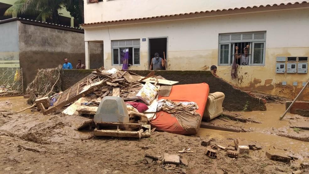 Moradores começam limpeza de casas e ruas após chuva no Sul do ES  — Foto: Kaique Dias/ TV Gazeta