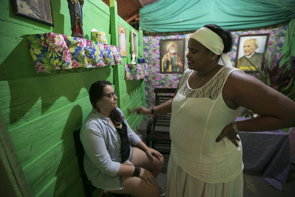 Cidade cenográfica teve até rezadeira para espantar o mal olhado no São João da Capitá (Foto: Charles Johnson/Divulgação)