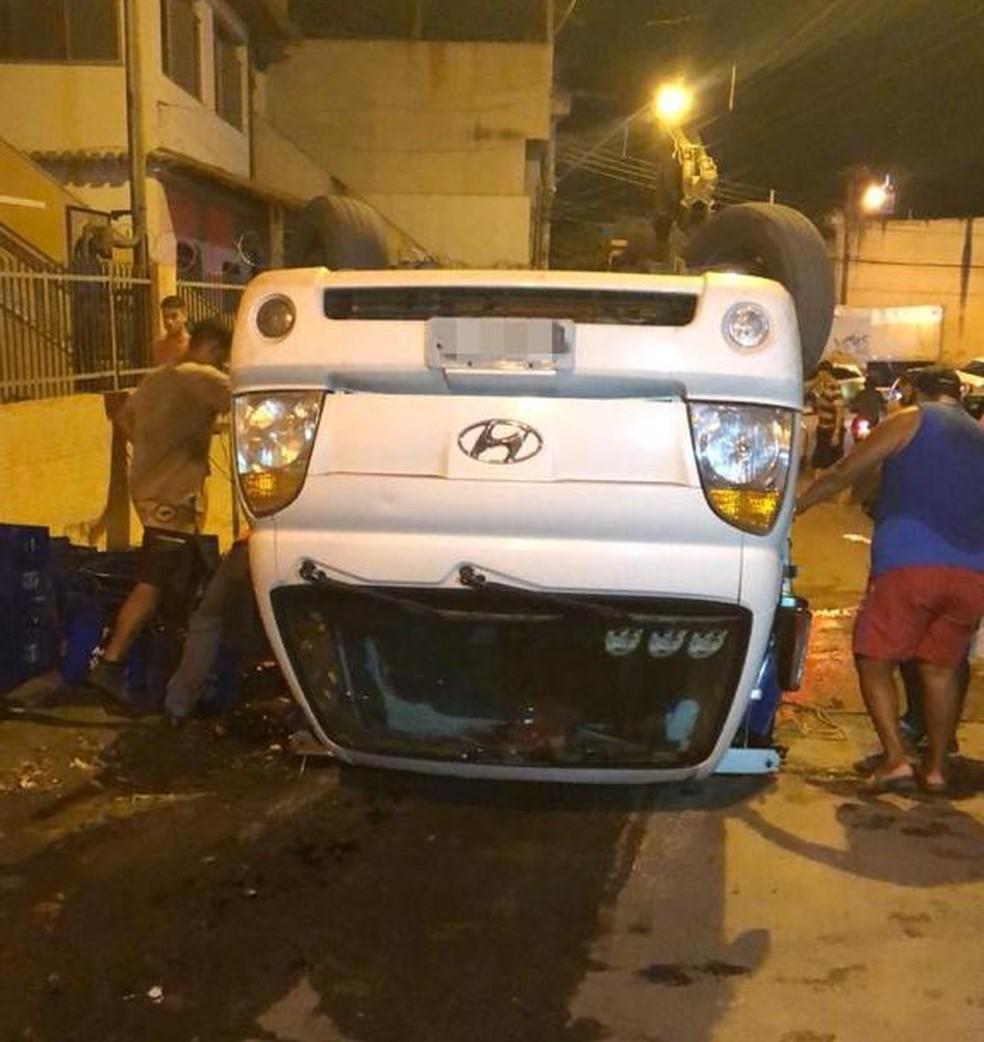 Caminhão tombou em ladeira em Cariacica — Foto: Danielle Cariello/TV Gazeta