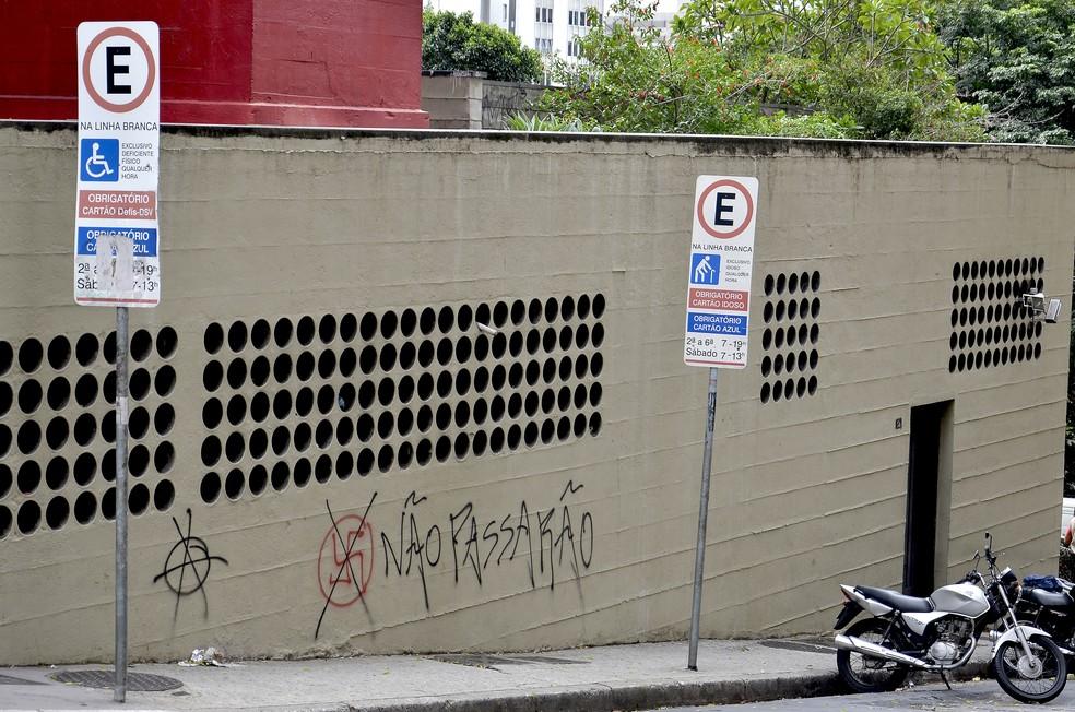 Placa de sinalização de trânsito indica obrigatoriedade do talão de zona azul em área exclusiva para deficiente físico, em São Paulo — Foto: Itaci Batista/Agência Estado