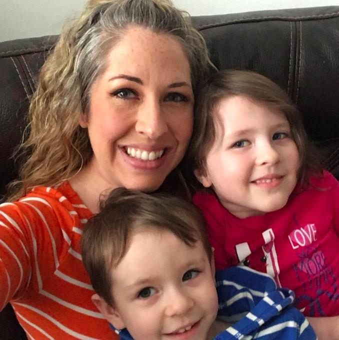 Emily com os dois primeiros filhos (Foto: Reprodução / Facebook)