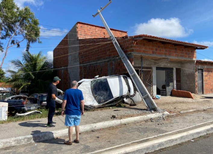 Motorista perde controle e destrói muro e portão de imóvel na Grande Fortaleza