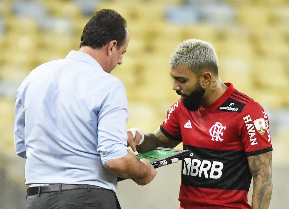 Rogério Ceni e Gabigol durante jogo do Flamengo — Foto: André Durão / ge