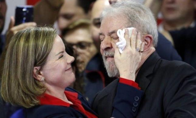 Lula e Gleisi Hoffmann na sede do Instituto Lula, ontem à tarde