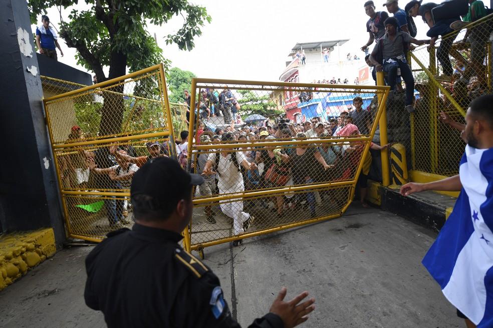 A barreira de fronteira do lado da Guatemala foi o primeiro bloqueio usado para tentar conter a caravana — Foto: Pedro Pardo / AFP