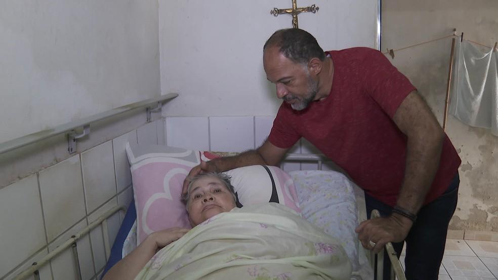 Mãe de Carlos Roberto Barbosa tem dificuldades de locomoção, mas precisa ir à agência do INSS para receber benefício — Foto: Reprodução/TV Globo