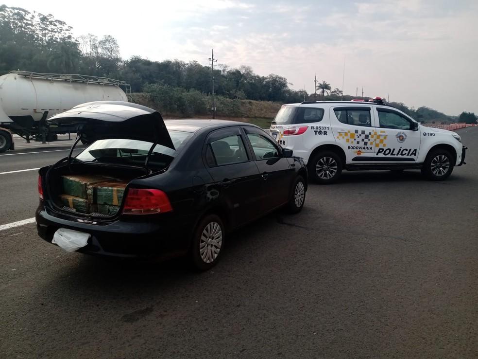 Carro foi abordado próximo ao pedágio da Castello Branco em Itatinga  — Foto: Polícia Rodoviária / Divulgação