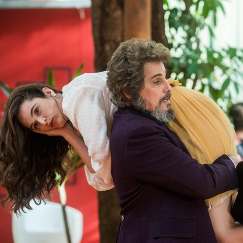 Juliana Paiva e Edson Celulari em 'O tempo não para' (Foto: Raquel Cunha/TV Globo)