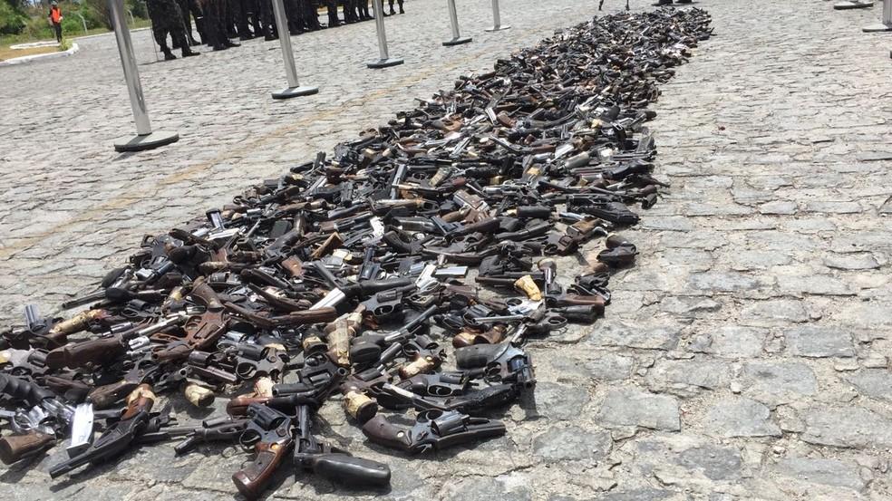 Armas foram entortadas e derretidas no forno pelo Comando da 7ª Região Militar, no Recife (Foto: Danilo César/TV Globo)