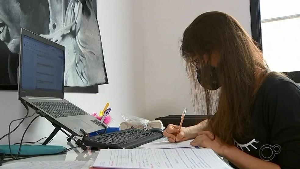 Estudante de Sorocaba (SP) é proibida pela Justiça de cursar faculdade por fazer 'homeschooling' — Foto: Reprodução/TV TEM