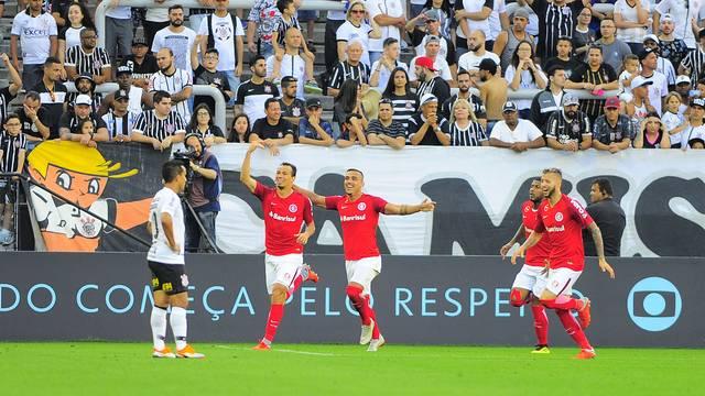 Leandro Damião comemora gol do Inter