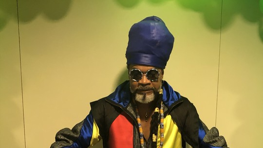 Carlinhos Brown é homenageado com festa surpresa nos bastidores do 'The Voice Kids'