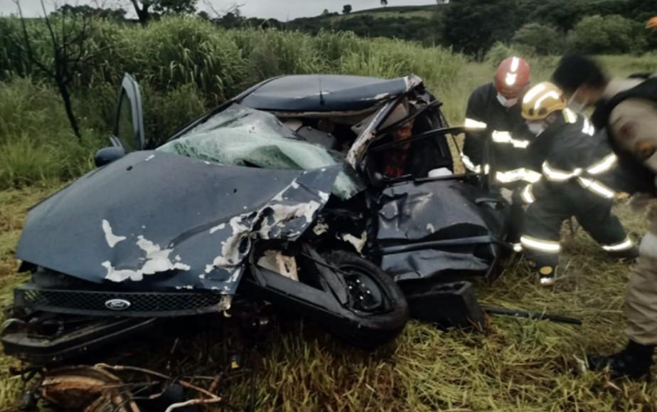 Mulher morre e dois ficam feridos após batida entre carro e caminhonete no trevo de Boa Esperança