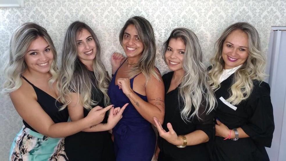 -  Alunas do curso com cabeleireira especialista em loiros  Foto: Andressa Motta/Arquivo Pessoal
