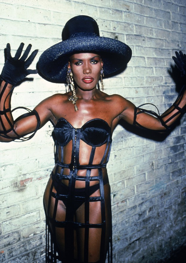 Grace Jones com look Versace (Foto: Getty Images)