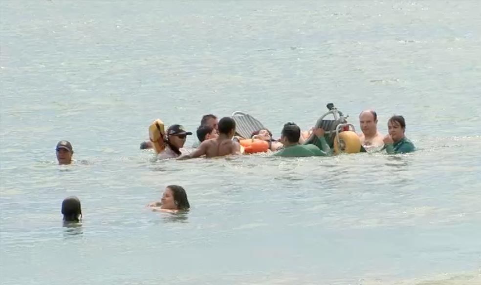 Cecília tomou banho de mar pela primeira vez após viajar de Minas Gerais ao Ceará (Foto: TV Verdes Mares)