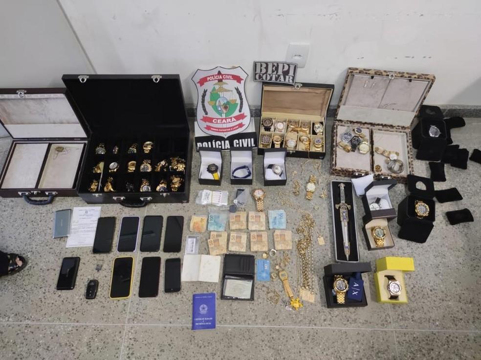 Policiais apreenderam dezenas de joias, relógios, aparelhos celulares E 29 chips telefônicos com o criminoso. — Foto: Reprodução