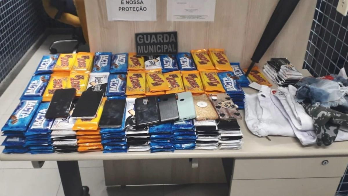 Três pessoas são apreendidas após furtarem mais de 300 barras de chocolate em shopping, em Vila Velha, ES