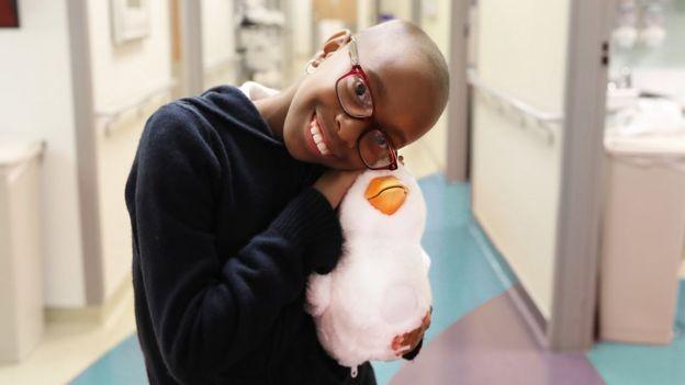 Robô-pato ajuda crianças com câncer a expressarem seus sentimentos (Foto: Kate Fitzmaurice via BBC News Brasil)