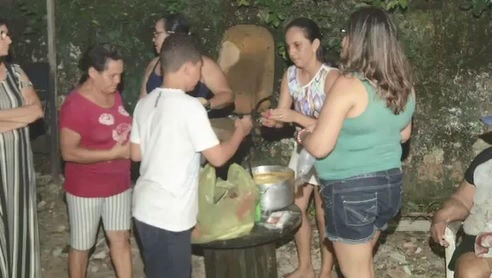 Voluntárias prepararam sopa para alimentar os moradores da Rua Travessa Campo Grande em Fortaleza — Foto: Reprodução/TV Diário
