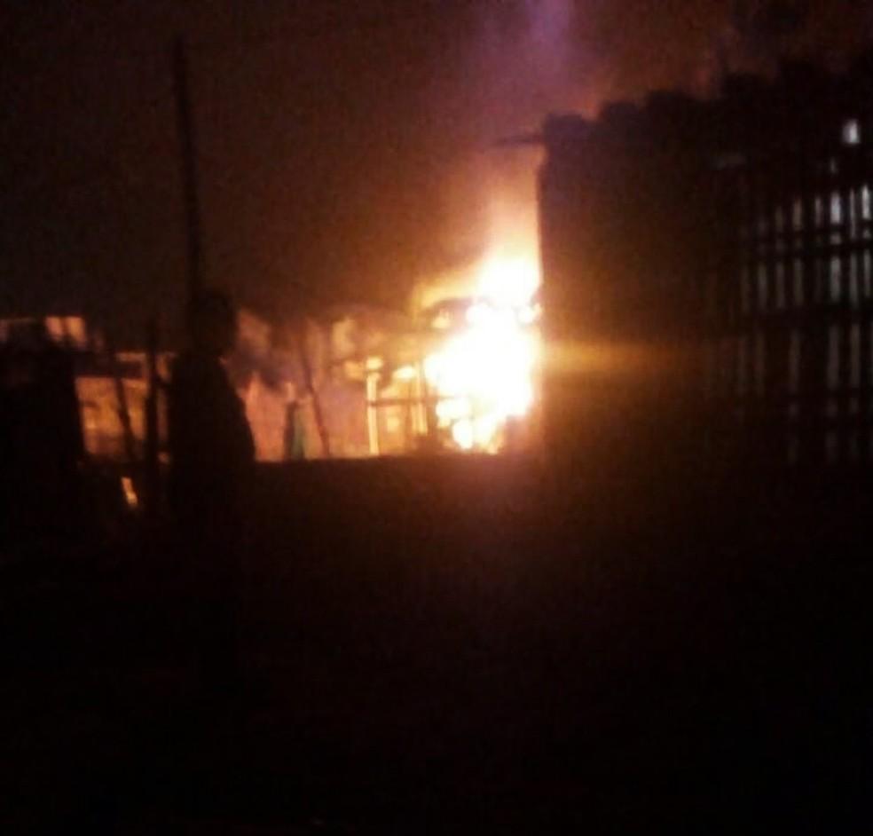 Casa de madeira ficou completamente destruída após incêndio que vitimou jovem, em Itanhaém (SP) — Foto: G1 Santos