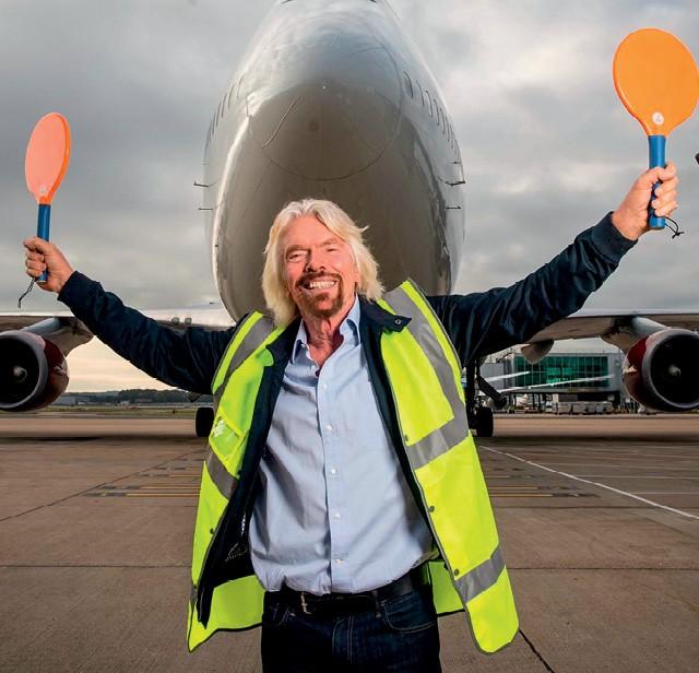 Richard Branson, fundador da Virgin, dá boas-vindas ao primeiro voo comercial abastecido com biocombustível feito de lixo industrial (Foto: Reprodução Virgin)