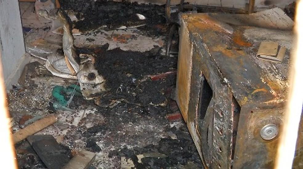 Casa ficou parcialmente destruída após incêndio (Foto: Márcio Falcão/TVCA)